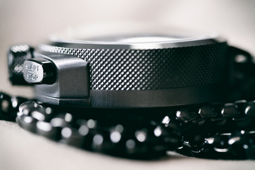 The Case Features A Knurled Pattern Around The Rim That Not Only Looks Good But Also Ensures A Firm Grip